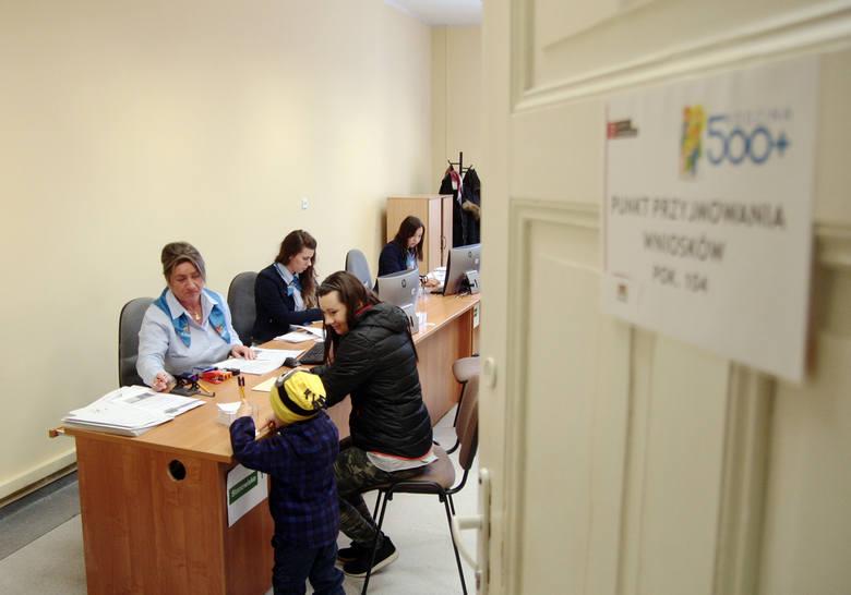 Od 1 sierpnia zmieniają się przepisy dotyczące 500 plus. Sprawdźcie, gdzie złożyć nowy wniosek o 500 zł na dziecko.Zobacz raport pomorska.pl.Punkty przyjmowania