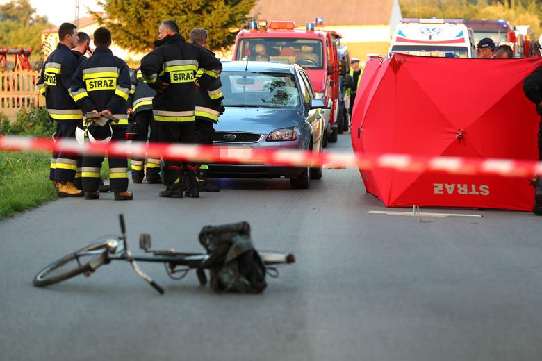 Tragiczny finał miał wypadek, do jakiego doszło w sobotę kwadrans przed godziną 19 w Zdziechowicach (powiat stalowowolski), gdzie kierujący samochodem
