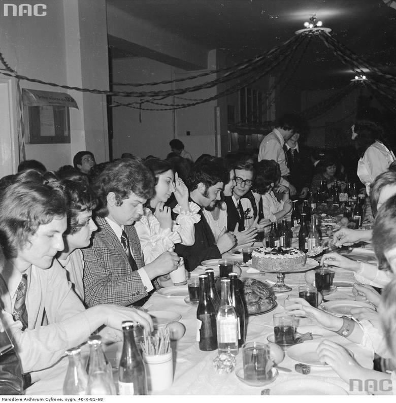 Obecne studniówki bardzo różnią się od tych z dawnych lat. Zobaczcie, jak bawili się maturzyści w latach 60., 70., 80...Sprawdźcie też nasz specjalny