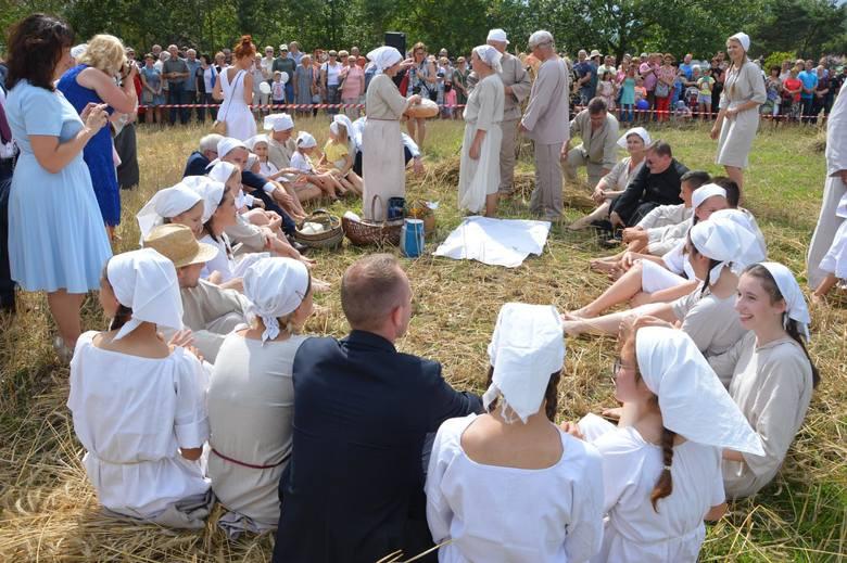 Wicepremier Jarosław Gowin z kosą w ręku wziął udział w powiatowej zabawie pod Łowiczem [ZDJĘCIA]