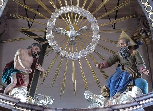 To rzecz, którą wie każde dziecko. Bóg jest jeden, ale w trzech Osobach: Bóg Ojciec, Syn Boży i Duch Święty. Dogmat o Trójcy Świętej przypominamy sobie