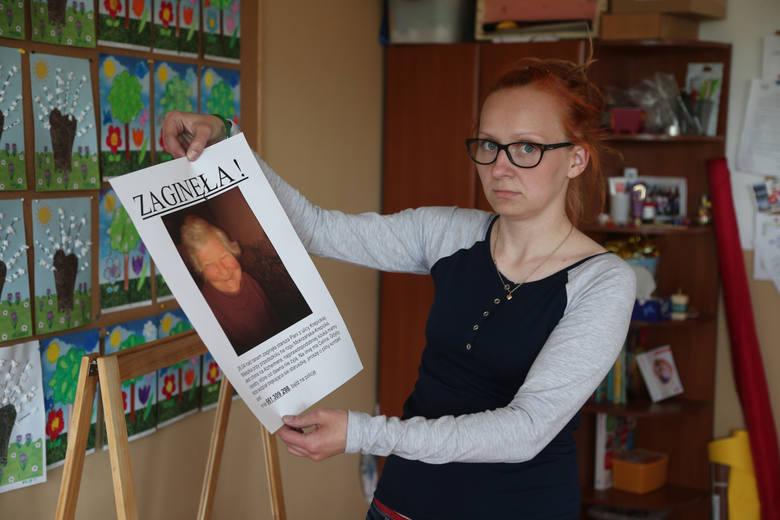 """Weronika Chałupniczak z przedszkola """"Smerfowa Załoga"""" z plakatem, na którym była informacja o zaginięciu pani Celiny"""