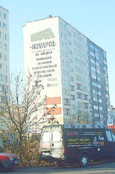 """Reklamy """"Novapolu"""" na blokach """"Skarpy""""."""