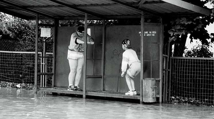 Nysa 1997. Dwoje dzieci odpoczywa na ławce przystanku autobusowego. Mogły na chwilę wyjść z wody w drodze przez miasto.