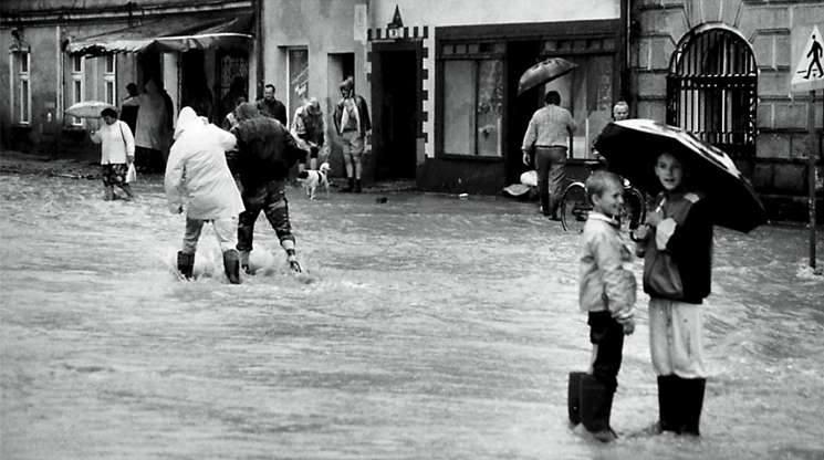 Kędzierzyn-Koźle 1997. Dla dzieci wielka woda była okazją do świetnej zabawy, dla dorosłych zaś kataklizmem niszczącym dorobek życia.