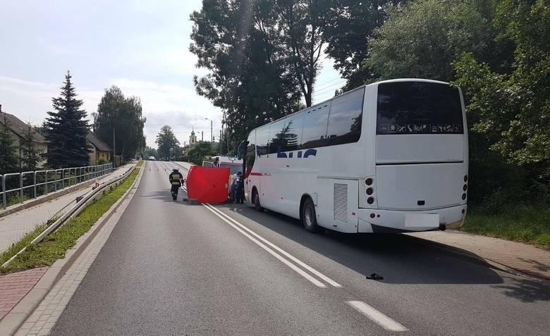 W czerwcu na ul. Bielskiej w Bulowicach (gm. Kęty) autobus potrącił pieszego na drodze nr 52. Mimo reanimacji nie udało się uratować życia 96-latka.