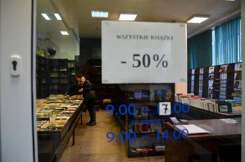 - Od października nie sprowadzamy nowych książek - mówi Piotr Rodak, kierownik likwidowanej Księgarni Uniwersyteckiej. Właśnie trwa wyprzedaż tego, co zostało w magazynie. Książki, m.in. naukowe, można kupić o 50 proc. taniej. <br />