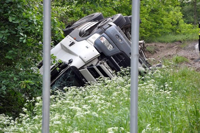 W piątek, 18 maja około godziny 7 rano na trasie między Szubinem a Łabiszynem (powiat nakielski) z drogi 246 wypadł samochód przewożący popiół, podał