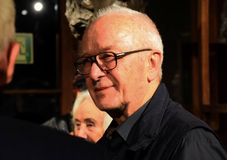 Krzysztof Rau podczas wernisażu z zaciekawieniem oglądał eksponaty zgromadzone na wystawie w Muzeum Rzeźby