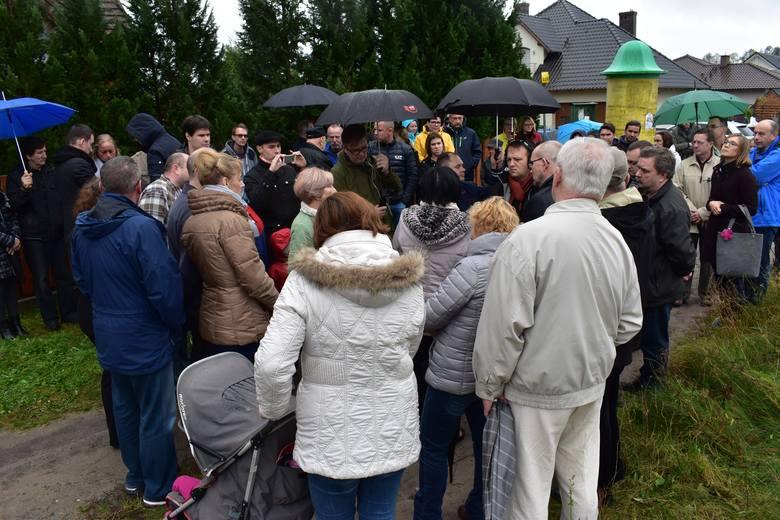 Grupa mieszkańców zebrała się wczoraj na osiedlu Ostoja, aby zwrócić uwagę na niedogodności, które będą im doskwierać, jeśli powstanie kolejna kurza ferma w Ochli. Czy protest przyniesie skutek?