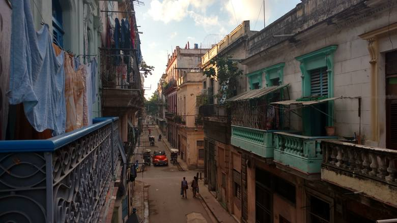 Stara Hawana, wąskie ulice pełne gwaru. Nie można się nie zakochać