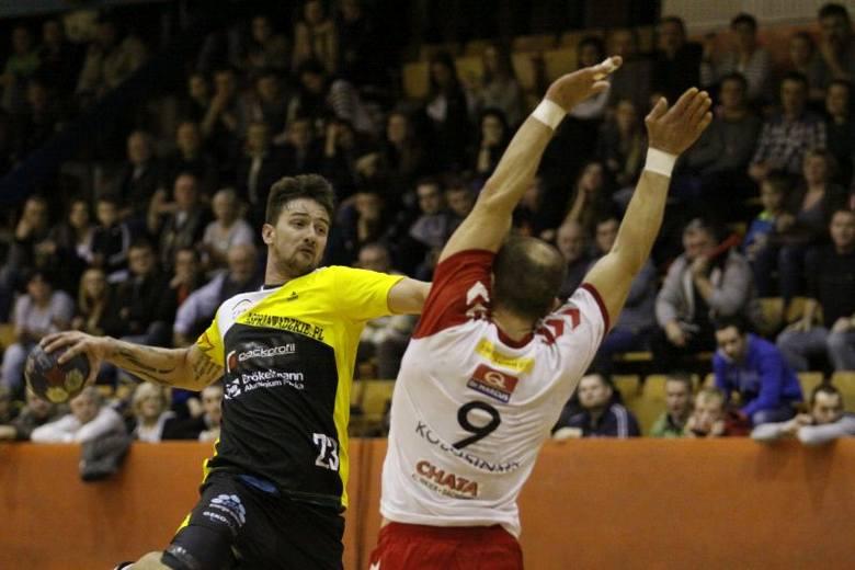 Łukasz Całujek (z piłką) zdobył 11 bramek, ale nie wystarczyło to jego drużynie do zdobycia choćby punktu