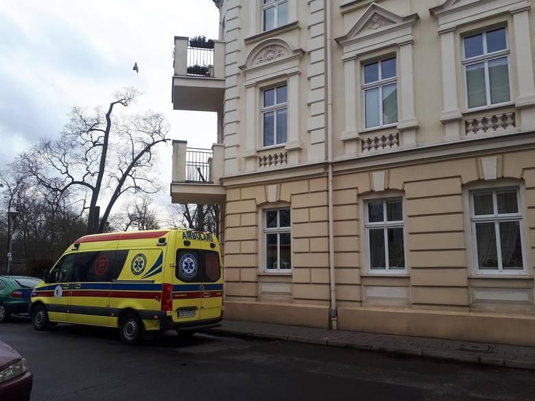 Tragedia miała miejsce na ul. Kanałowej w Bydgoszczy. Pogotowie wezwali sąsiedzi. Dwumiesięcznych chłopców nie dało się jednak uratować.