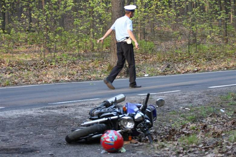 Tragiczny wypadek na trasie Turawa - Rzedów. 20-letni motocyklista nie zyje, a 19-letni pasazer walczy o zycie.