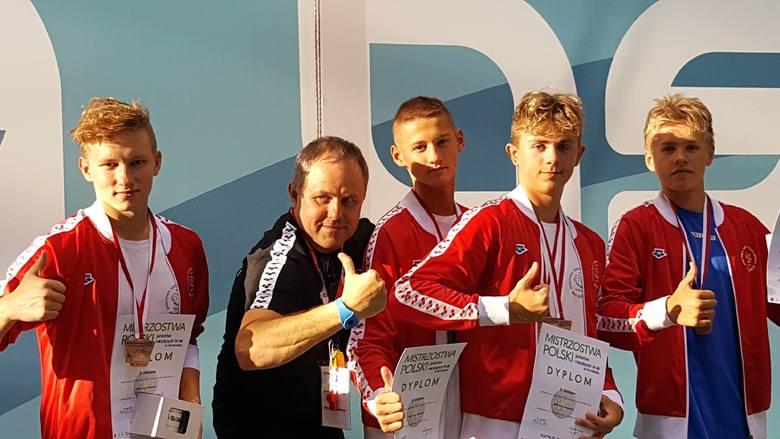 Medaliści MP 14-latków w Olsztynie - od lewej Cezary Smorowski, trener Piotr Wojciszko, Mateusz Falarz, Błazej Ćwiek i Dawid Dowsin