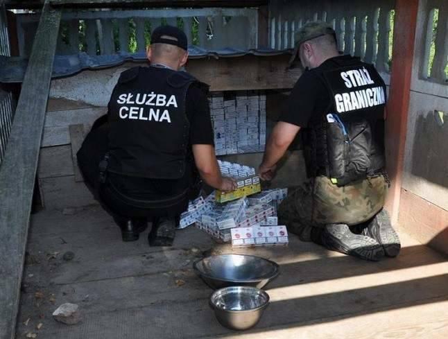 Na jednej z posesji w Podkarpackiem, pies musiał dzielić budę z papierosami swojego opiekuna. Miejsce ukrycia trefnych towarów ujawnione przez funkcjonariuszy Bieszczadzkiego Oddziału Straży Granicznej.