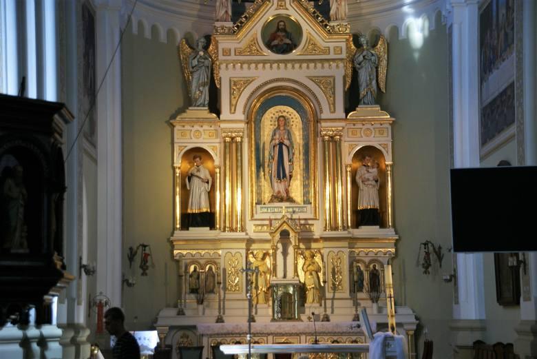 W Wielką Sobotę wierni gromadzili się przy Grobie Pańskim w kościele świętego Marcina w Połańcu>>> ZOBACZ WIĘCEJ NA KOLEJNYCH Z