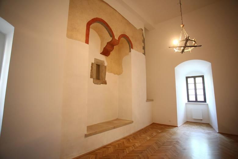 Do niedawna w tym miejscu znajdowała się czytelnia. Okazało się, że kryła ona zewnętrzną ścianę pierwotnego domu gotyckiego ze śladem otworu większego