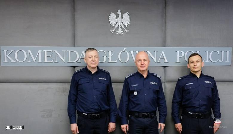 Komendant główny policji Jarosław Szymczyk (w środku) pogratulował skuteczności młodszemu aspirantowi Zdzisławowi Patalicie (po lewej stronie zdjęcia)