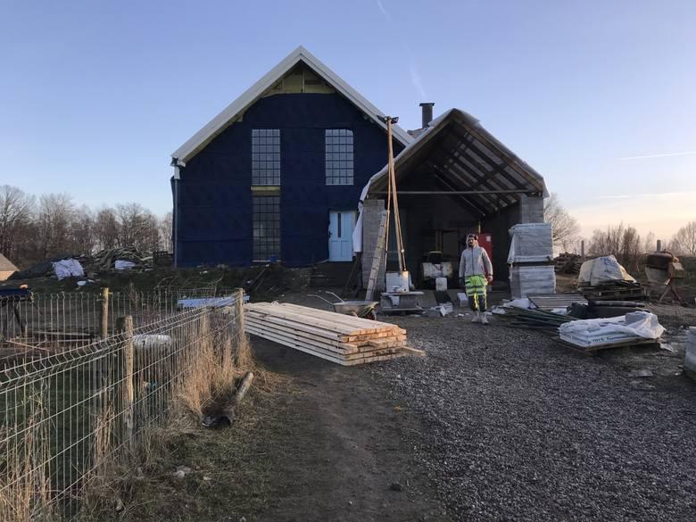 Filip buduje dom w Lubaniu
