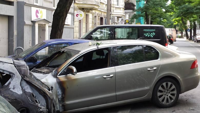 Policja: Pożar samochodów na Jeżycach to wynik podpalenia
