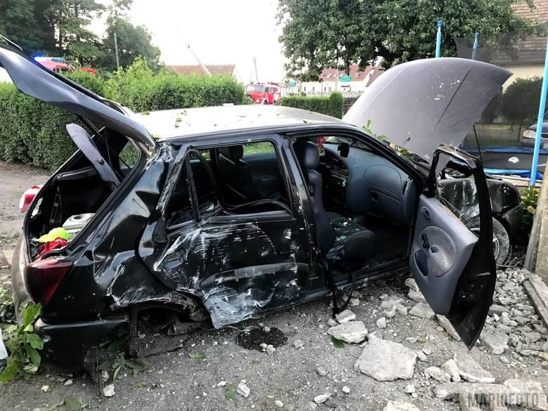 Do wypadku doszło w niedzielę przed godz. 5.00 nad ranem. W Chrzowicach w gm. Prószków przy ul. Opolskiej 20-letni kierowca stracił panowanie nad pojazdem