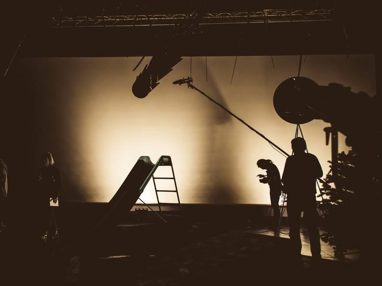 """""""Wojna polsko-ruska…"""" w świetle reflektorów, czyli kto zapala i gasi światło w teatrze?"""