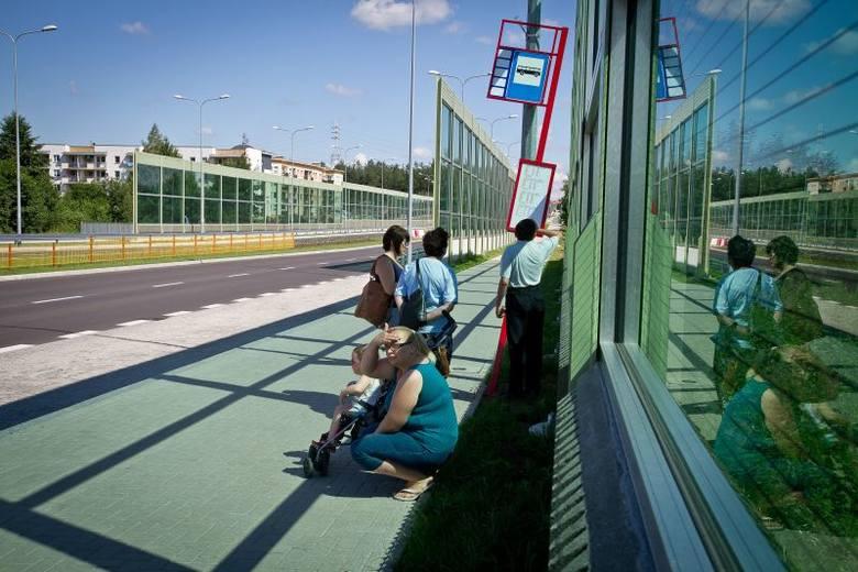 Nowa Piastowska bez wiat. Przystanki odstraszają pasażerów (zdjęcia)