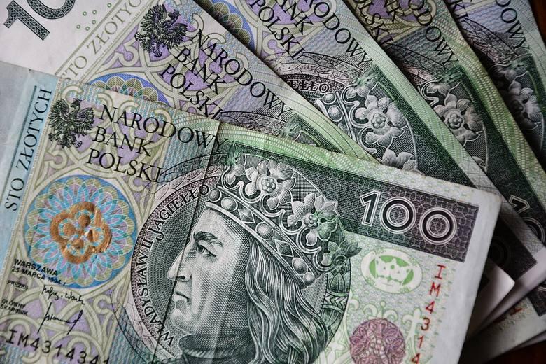 Trzecim ważnym powodem, dla którego dane GUS sugerują wyższe płace niż paski wynagrodzeń większości Polaków jest fakt, że urząd bierze w comiesięcznych