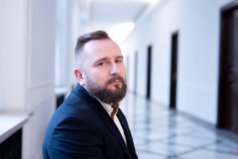 Raper był jednym z największych odkryć Sejmu VIII kadencji. Jednak po rozstaniu z Kukiz'15 i krótkim sojuszu z Konfederacją nie udało mu się znaleźć