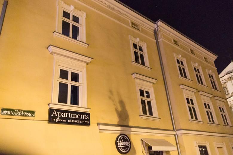 Kraków podczas kwarantanny wieczorem. Puste kamienice w centrum