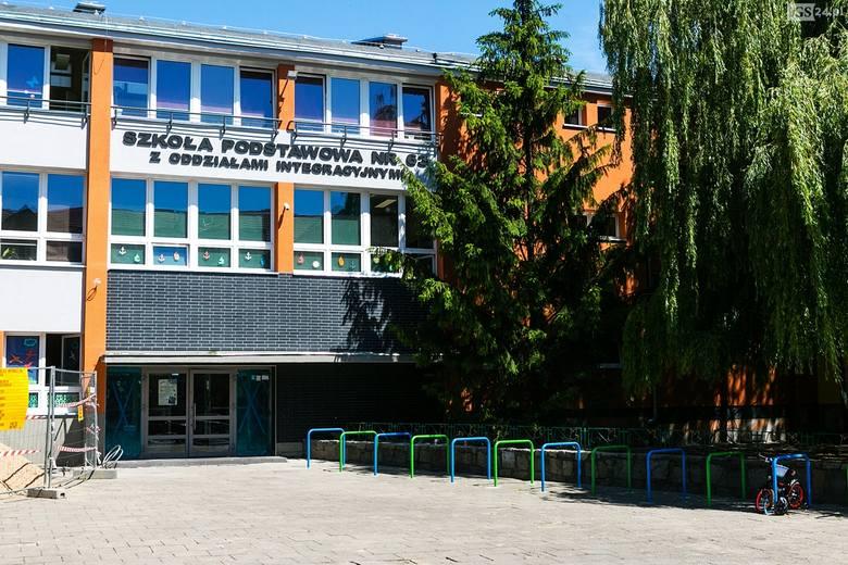 """Miasto tłumaczy się z """"oryginalnej"""" elewacji szkoły na szczecińskiej starówce [ZDJĘCIA]"""