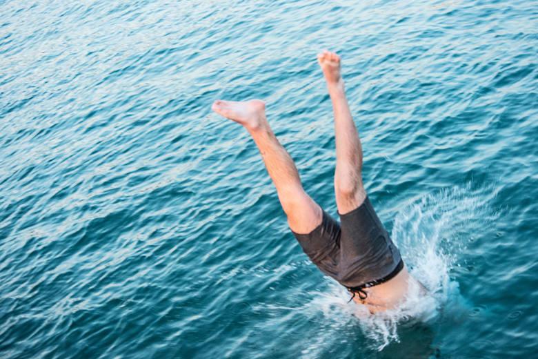 Skakanie na główkęSkok na główkę do jakiegokolwiek akwenu, który nie jest przeznaczonym do tego basenem, zawsze wiąże się z ryzykiem. Przede wszystkim