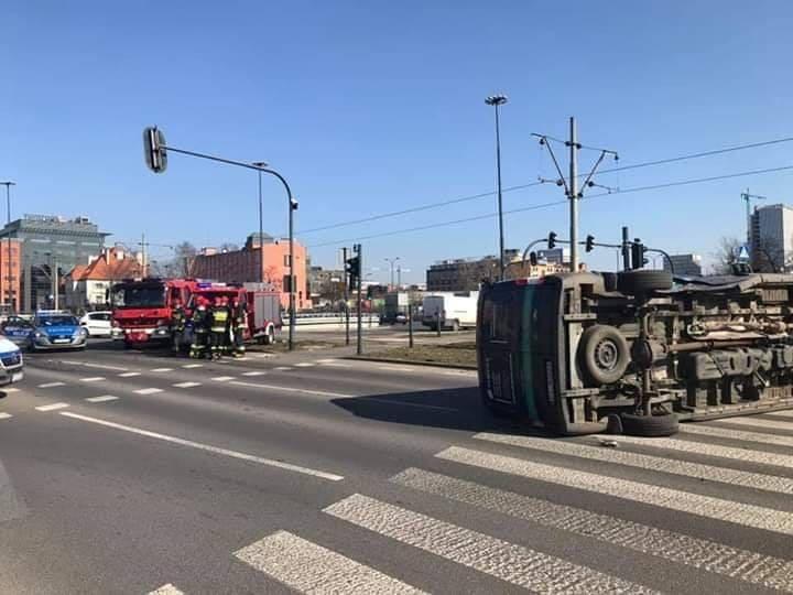 Groźny wypadek na skrzyżowaniu al. Mickiewicza z ul. Żeromskiego ZDJĘCIA