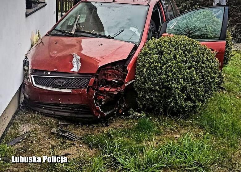 Kobieta przebiła autem ogrodzenie i uderzyła się w dom. Miała 3 promile
