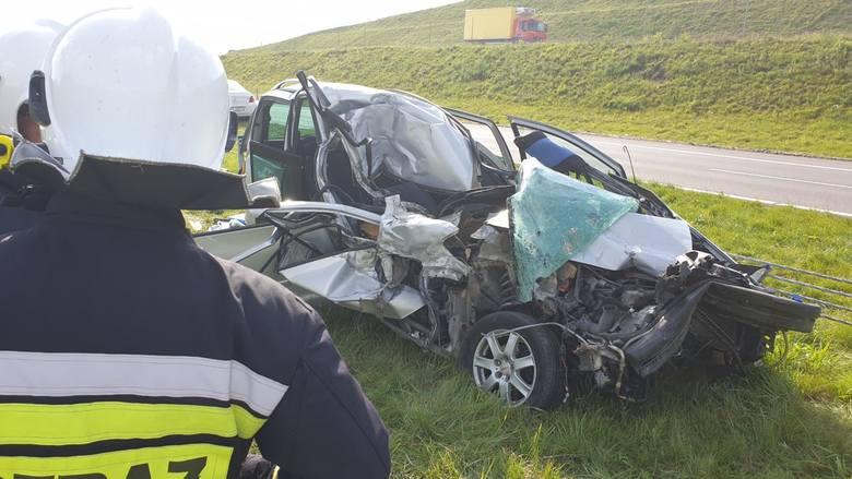 Poważny wypadek na drodze numer 7 w miejscowości Wrzosy koło Chęcin. Van wbił się pod ciężarówkę