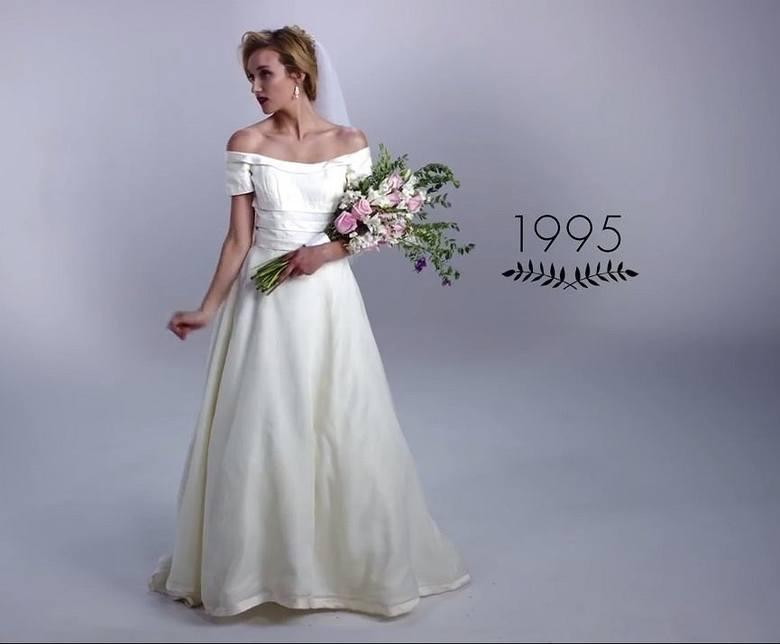 """1995Kres bufiastym sukniom położyły lata 90. """"Odchudziły"""" sylwetkę panny młodej, stawiając na delikatnie rękawy i dopasowaną górę."""