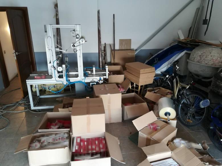 Ponad 850 tysięcy sztuk papierosów skonfiskowali policjanci w jednej z niewielkich miejscowości w pobliżu Torunia. Zatrzymano również dwóch mężczyzn