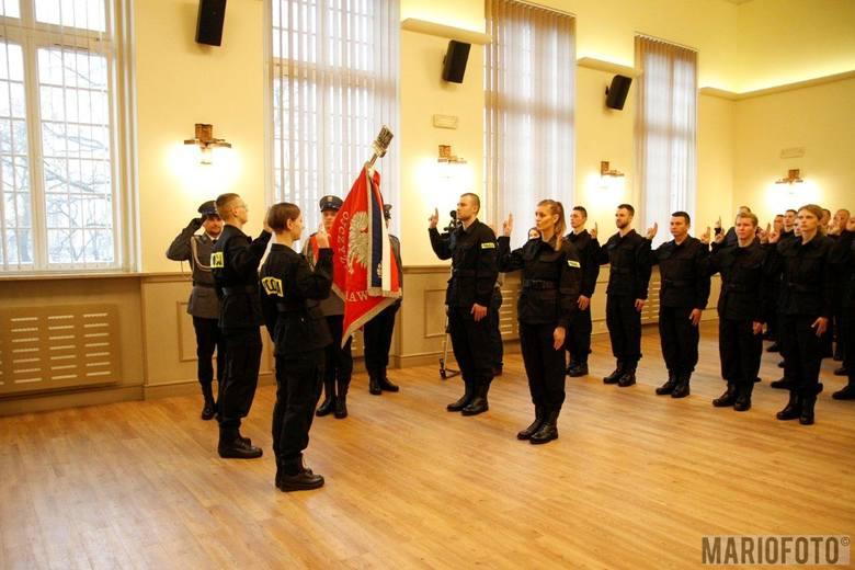 46 nowych policjantów wstąpiło dziś w szeregi opolskiej policji. Wyjadą teraz na przeszkolenie do Szkoły Policji w Pile, gdzie zdobędą wiedzę teoretyczną
