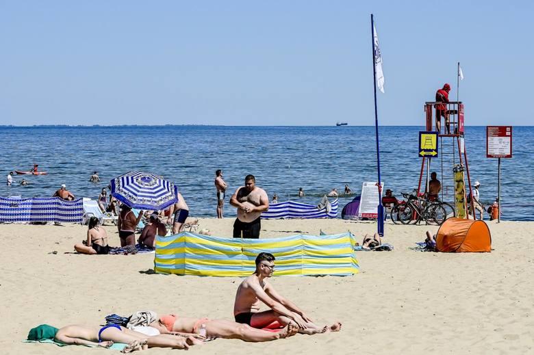 Plażowicze chętnie korzystają z pogody. Ważne, by robili to odpowiedzialnie.