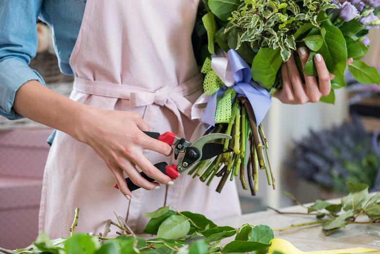 Jedną znajbardziej opłacalnych prac sezonowych w okresie walentynek jest sprzedaż kwiatów. W ten sposób można zarobić nawet do 55 zł brutto za godzinę,