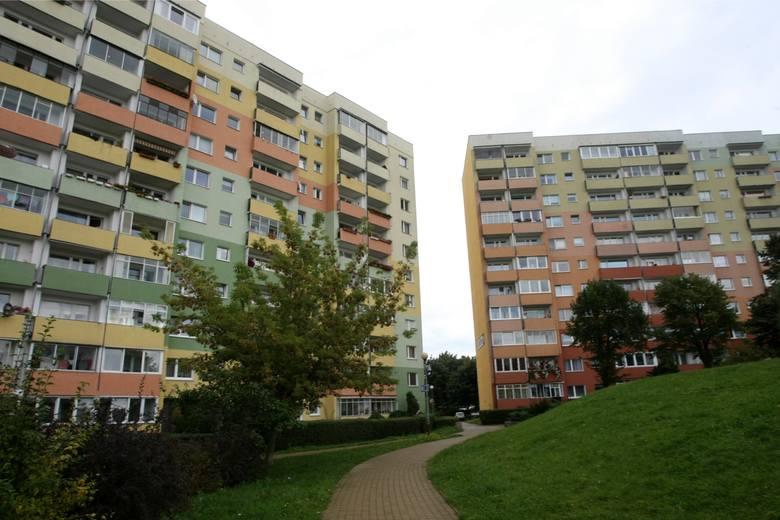 Bloki z prefabrykatów stawiano w wielu polskich miastach. Miały przetrwać 50-60 lat. Dziś wiadomo, że postoją jeszcze co najmniej 50 lat, ale trzeba