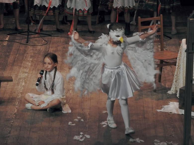 """Wyjątkowy spektakl słowno-muzyczny """"Pisk Orła Białego"""", w wykonaniu uczniów przemyskiej SP 11, już drugi raz zagościł na scenie Zamku Kazimierzowskiego"""