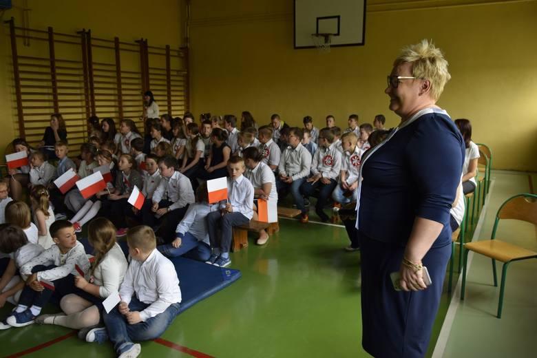Uroczysty apel z okazji rocznicy uchwalenia Konstytucji 3 Maja w Szkole Podstawowej w Dębowej Górze [ZDJĘCIA]