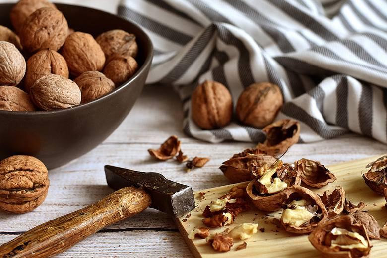 Są źródłem roślinnego białka, roślinnych steroli i witaminy E. Niektóre z nich, jak np. orzechy włoskie, obfitują z wielonienasycone kwasy tłuszczowe