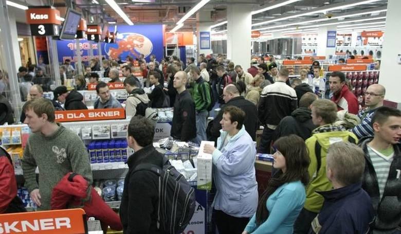 Wśród handlowych pracodawców prym wiodą Lidl i Biedronka, gdzie zarobki są najwyższe. Jednak, by przyciągnąć chętnych, nie wystarczy płacić pensji. Sieci