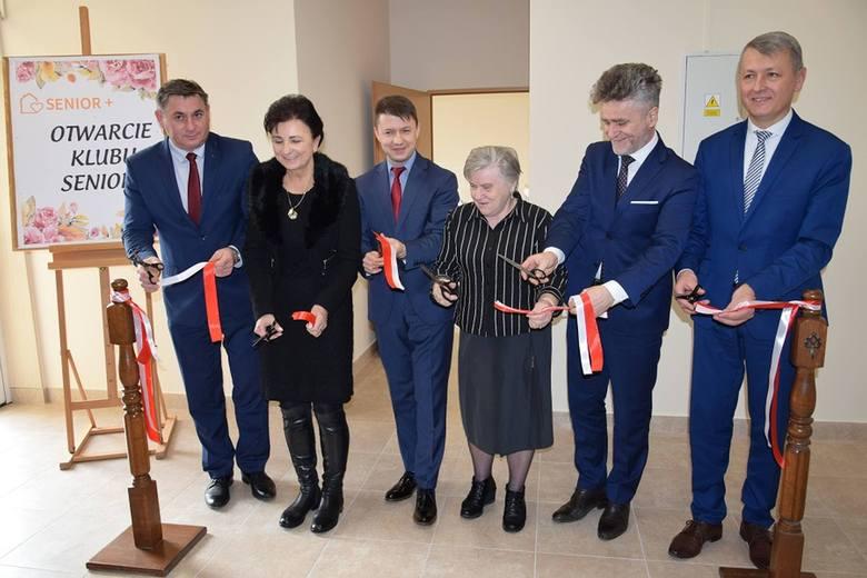 Wstęgę przecinają, od lewej: Jan Zawisza, Grażyna Potrzeszcz, Bartłomiej Dorywalski, Halina Rokita, Krzysztof Słoń, Mirosław Seweryn