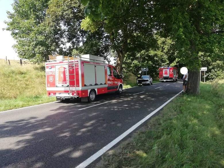 Do zdarzenia doszło na ulicy Jana Pawła II w Polanowie. Kierowca samochodem ford z niewyjaśnionych przyczyn zjechał z drogi i uderzył w drzewo. Samochodem
