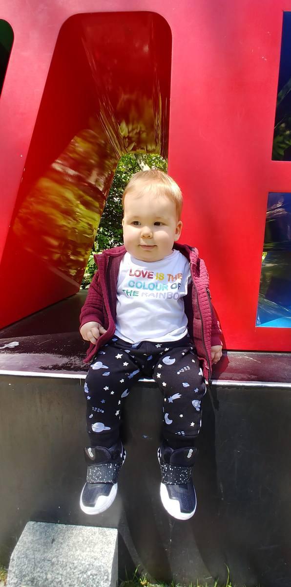- Po tym jak zaskoczył nas siedzeniem bez podparcia w zaledwie 6 dni od podania leczenia, cały czas obserwujemy wzmacnianie się mięśni tułowia i kończyn - relacjonuje postępy chłopca jego mama, Magdalena Jutrzenka.