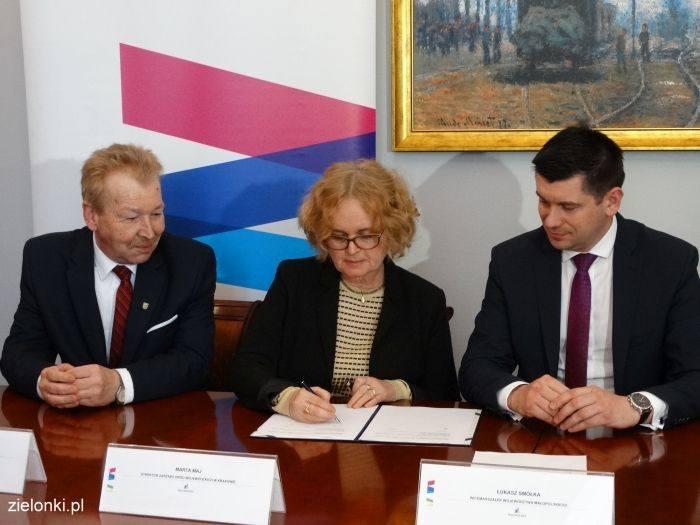 Przedstawiciele samorządu wojewódzkiego, gminy Zielonki i firmy projektowej podczas podpisywania umowy na projektowanie części nowej trasy wolbromsk